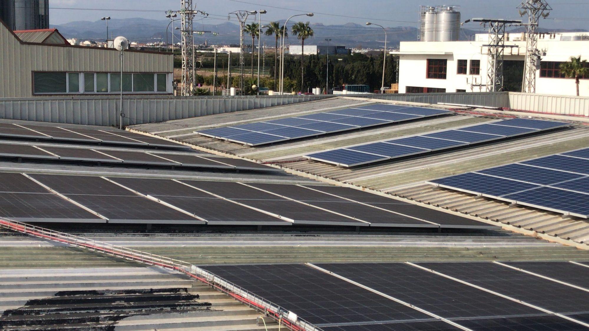 comparación entre paneles solares limpios y paneles solares sucios