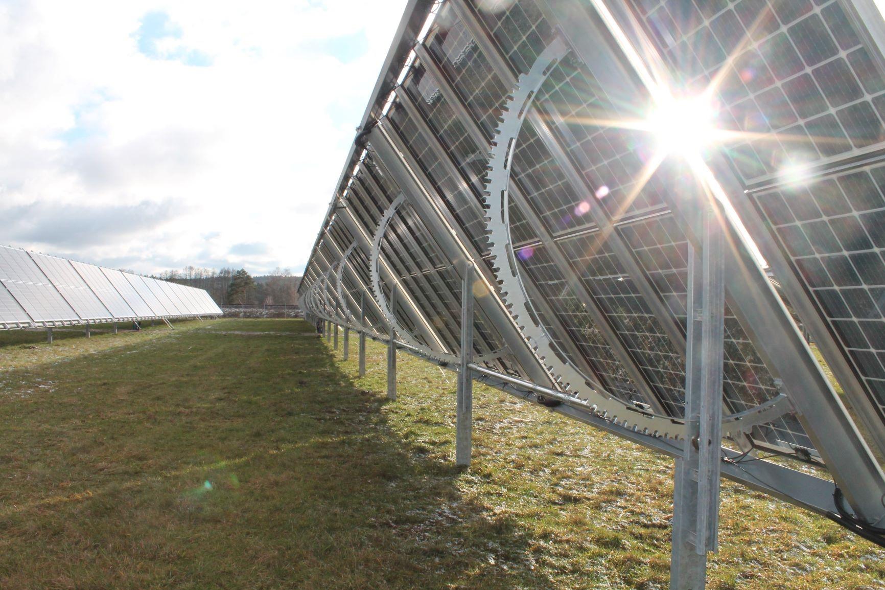 estructura tipo tracker de la planta solar en Badajoz